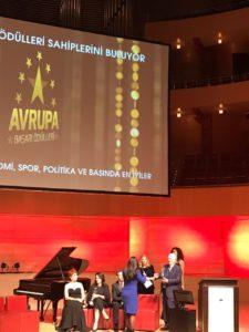 Aynur Boldaz bekommt die Auszeichnung überreicht
